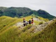 溶岩石の丘を歩いてゆく