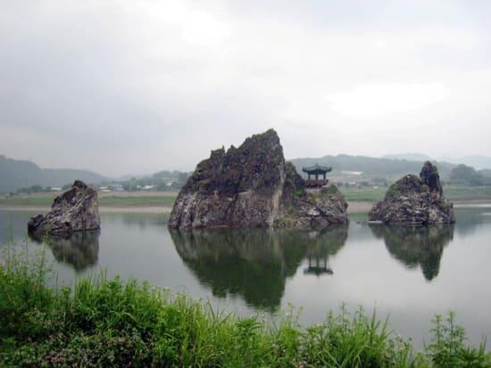 川の中央に荘厳に構える将軍峰