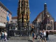 中央広場、聖母教会、麗しの泉