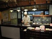 和菓子作り体験06 東店内では、カウンター越しに職人の作業が見れます (2)