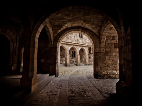 Inner_Courtyard,_Alnwick_Castle_(1)[1]