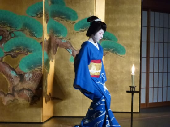 An elegant and graceful dance by a Maiko