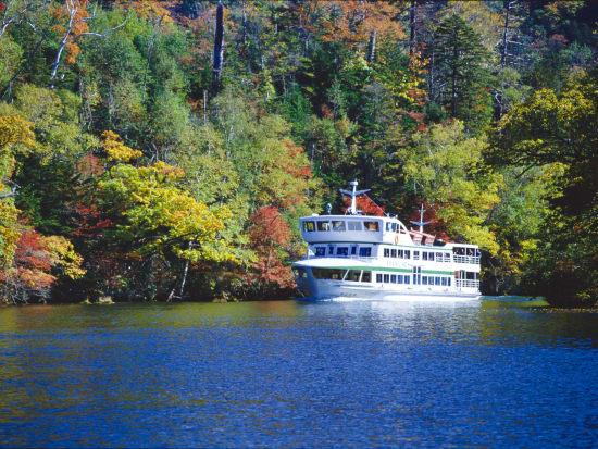 紅葉の阿寒湖と遊覧船