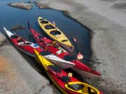 närbild kanoter i skärgård