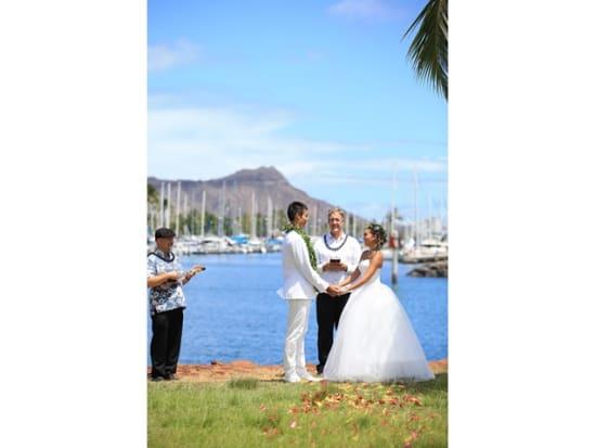 c3420f0663751 ハワイの青い空と海に祝福されて行うビーチウェディング。挙式はウクレレの生演奏とビーチフロントでハワイらしさ満点!ビーチフォトも付いたお得なパッケージ。