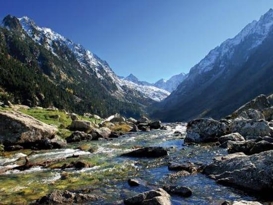 228a9bcb7cee4e16a9b30d651415fb06The beautiful mountain valley of Vall de Nuria _med