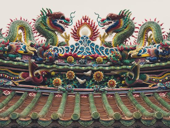 Wat Mangkon Kamalawat dragon sculpture temple roof