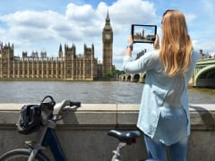 BigBenの写真を撮る自転車女子