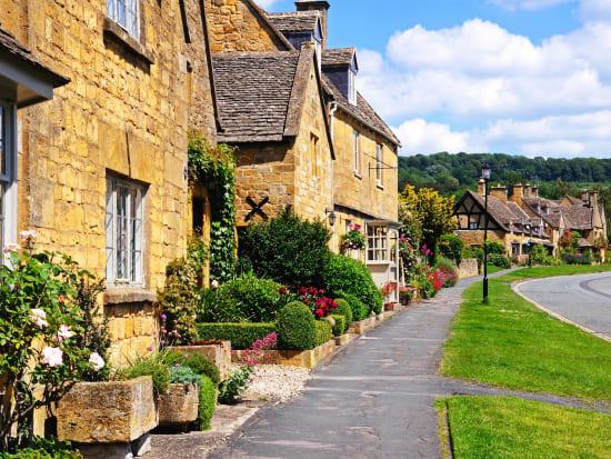 England_Cotswold_HighStreet_shutterstock_201740237
