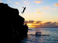 Hawaii_Oahu_Surf Bus_Cliff Dive into Waimea Bay