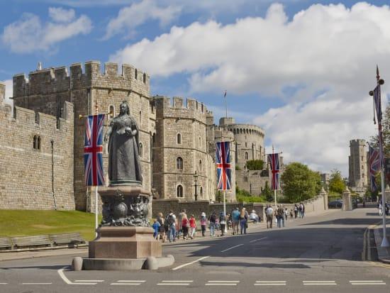 UK_Windsor_Castle_Queen_Victoria_Statue