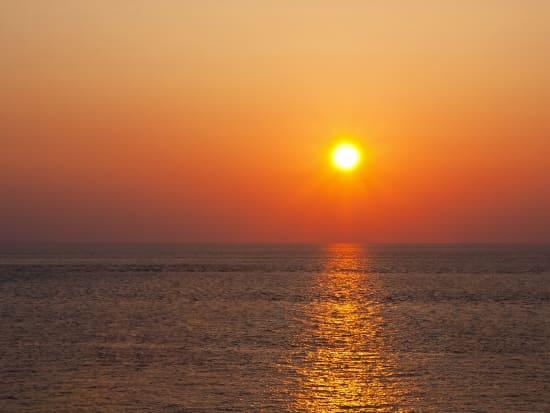 Sunset_Orange_Horizon_Ocean_shutterstock_132423698