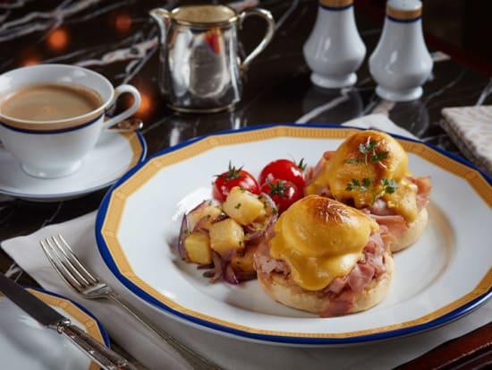 New-Zealand-free-range-eggs-benedict-honey-glazed-bone-ham-800x534