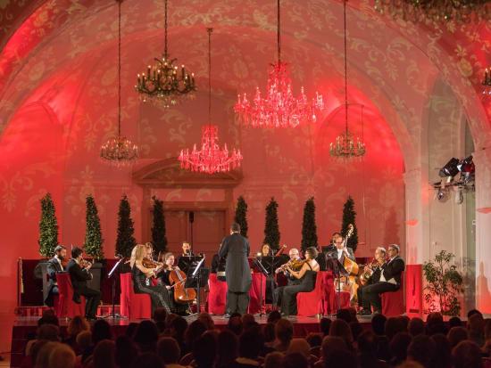 Schoenbrunn_Palace_concert
