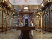 修道院内図書館