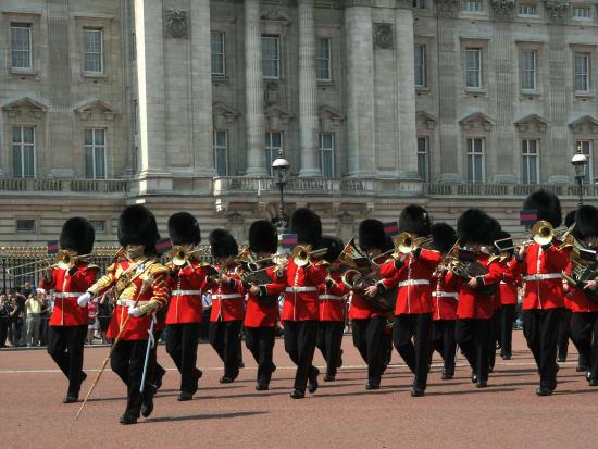 UK_London_Buckingham_Palace_Guard_shutterstock_35826592