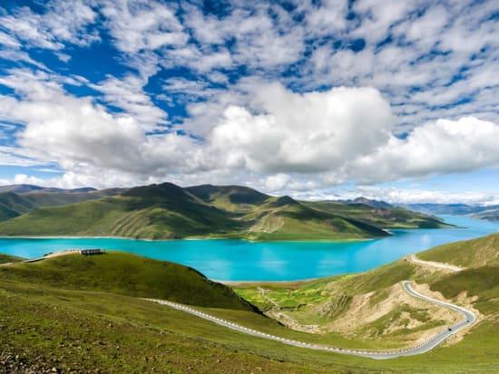 Tibet_Yamdrok Lake_shutterstock_421115014
