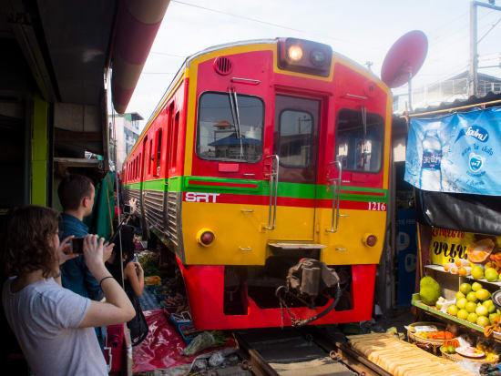 Thailand_Bangkok_Maeklong_Railway_Market