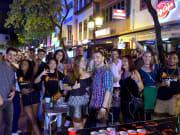 singapore pub crawl tourists at pubs