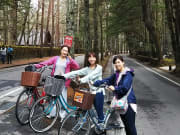 落葉松が美しい小道をサイクリング
