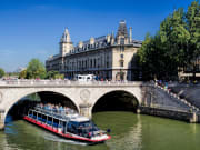 france_Paris_Pont_Saint_Michel_shutterstock_1371381095