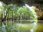 (3)珊瑚礁でできた洞窟からの風景