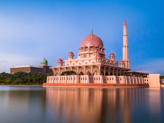 Malaysia_Putrajaya_Masjid Putra_shutterstock_687957427