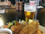 私はランチにフィッシュアンドチップスを。オーストラリアビール、かなり美味しいです。
