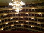 開演前のスカラ座内部の光景です。席は一番高所から。