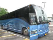 大型バスで往復します。