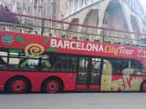 赤い太陽マークが目印です。バス停もわかれば、わかりやすいところにあります。