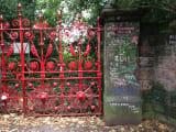 ストロベリーフィールド。ジョン・レノンが子供の時通っていた戦争孤児院の門。たくさんのファンのメッセージが書かれていました。