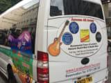 バンドロゴ満載のツアーバス