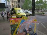 黄色い車でチケットとバウチャーを交換してもらいました。