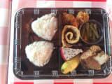 お昼ご飯のお弁当、日本人が監修したみたいで、私たちの口に合います!