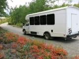 送迎および保護区を見て回るバス