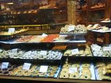 一件目のピザ店:美味しそうなお菓子いっぱい