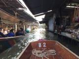 小舟に乗りながらショッピング