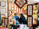 店内は日本の芸能人の絵文字もたくさんあります!