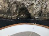 青の洞窟の入り口まで案内してもらえました
