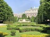 シェーンブルン宮殿の中庭をのんびり散策