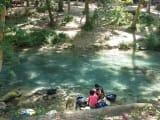 滝につく前のところあたりで洗濯をしている住人の方々