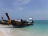 ひっきりなしに船がつき観光客であふれるマヤベイですが 角度を工夫すれば人のいない写真も撮れます