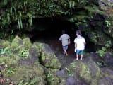溶岩でできた洞窟内へ