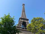 間近で見るエッフェル塔は壮観!