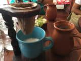 クラッシックなコーヒーメーカー(わたしはミルク入りにしました)