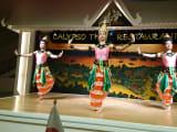 目の前でタイ舞踊が見られます