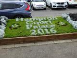 駅をおりると花でハンプトンコート宮殿の文字。