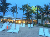砂浜の奥の照明が点いてる所が会場です!