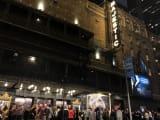 劇場入場前の観客の列
